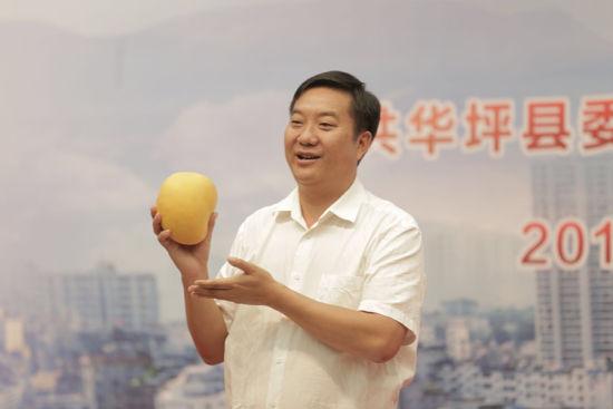 华坪县委副书记李荣祥推介华坪芒果。新华网 张翼鹏 摄