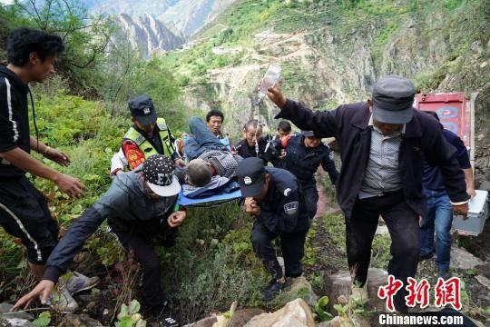 图为民警将被困人员从车内救出。云南省公安厅供图