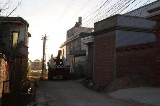 私拉乱接严重线路下村道上正在行驶着运送电杆的车辆 朱昆林摄