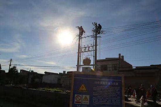 施工现场树立着醒目的电力设施保护牌 朱昆林 摄