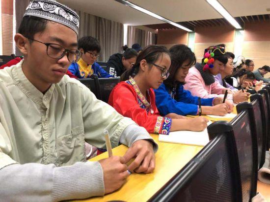 云南民族大学少数民族师生代表收看