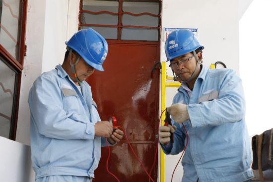 通泉供电所员工正在帮助昌隆铺社区居委会解决用电问题,长期的供电服务中,他们与各村委会、居委会结下了很深的友谊。