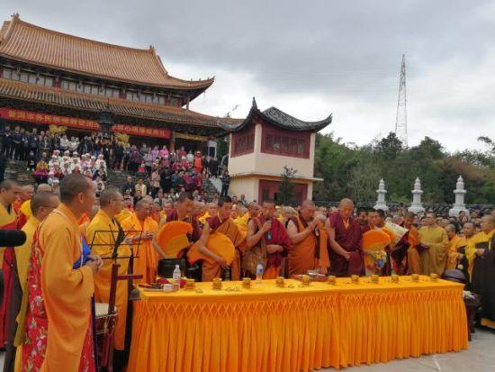 云南省佛教协会副会长关加益西活佛带领藏传佛教僧团诵经