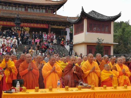 云南省佛教协会副会长祜巴罕听带领南传佛教僧团诵经