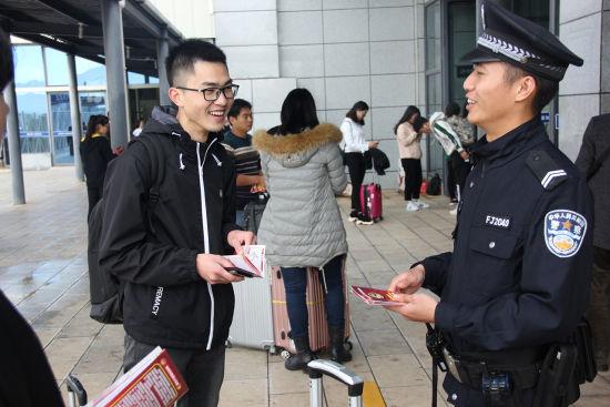 民警正确示范110报警流程,旅客深感铁警在身边