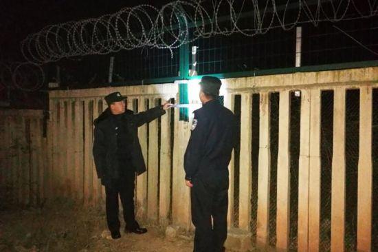 民警们一丝不苟的检查防护栏