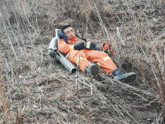 丽江森林消防出动140余人扑救玉龙县山火 暂无人员伤亡