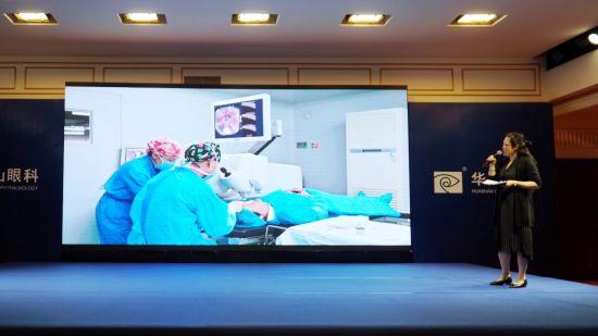 圖為昆明華山眼科醫院白內障中心主任范黎妮解說手術過程