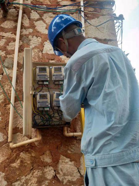 供电所抢修人员烈日下及时抢修排除客户用电故障