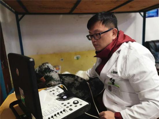 云南博亚医院美籍韩国麻醉/重症医学/心脏超声首席专家郑仁成博士为地州孩子做检查
