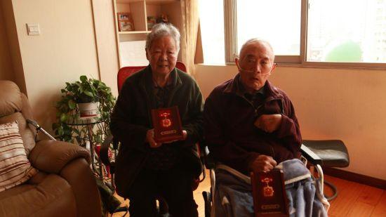 """王老师和老伴都获得了""""庆祝中华人民共和国成立70周年""""纪念章。"""