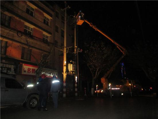 抢修人员利用登高车连夜进行抢修