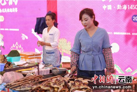现场制作勐海烤鸡