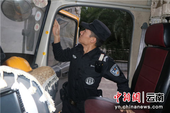 民警在检查入境车辆