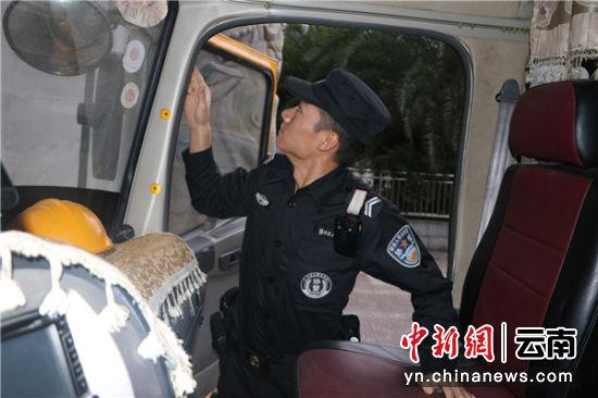 民(min)警(jing)在�z查入境��v