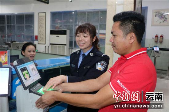 民警在引导外籍旅客进行信息采集