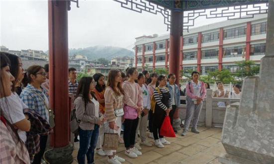 政法学院师生参观宁洱民族团结园