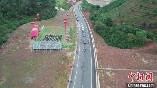图为28日上午,澜沧至孟连至勐阿公路通车仪式在孟连傣族拉祜族佤族自治县举行。普洱市人民政府新闻办公室提供