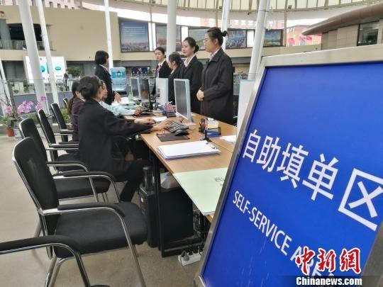 资料图:企业代表在中国(云南)自由贸易试验区昆明片区综合服务中心办理业务。 胡远航 摄