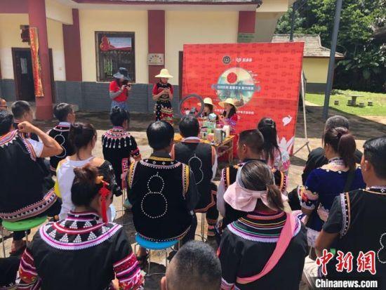 图为澜沧县少数民族农民在学习电商直播带货。 缪超 摄