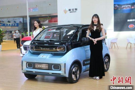 图为汽博会现场,一款新能源汽车展出。 林馨 摄