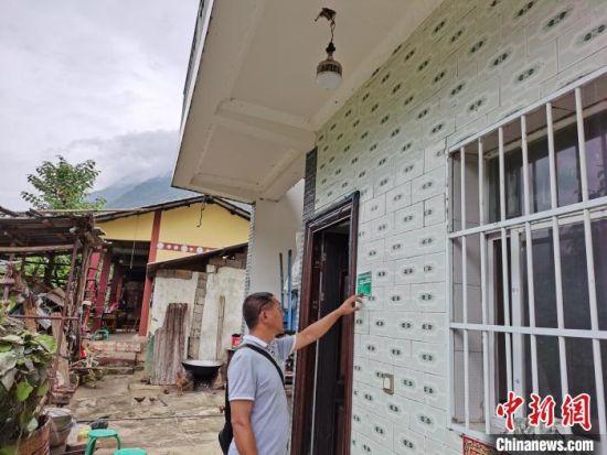 图为高子金生前走村入户开展扶贫工作(资料图)。 泸水市住房和城乡建设局提供