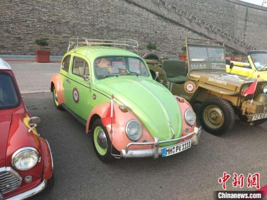 """此展品是1955年生产的第一代甲壳虫,大众汽车制造工厂于狼堡建设。但当时并无甲壳虫之称号,只有大众""""Volkswagen""""之名,和另外一个别名""""KDF wagen(力量贯穿快乐的汽车)""""。此时发动机略有提升,排量0.986L,4缸,24马力,车重750公斤。在《纽约时报杂志》上,美国人认为这辆车像""""一只可爱的小甲壳虫"""",于是有了""""甲壳虫""""的外号。 王天译 摄"""