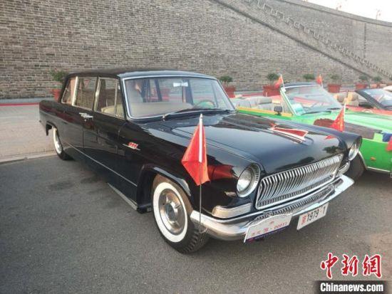 生产于上世纪70年代的红旗轿车,时隔40多年,车辆仍可正常启动、行驶。 王天译 摄