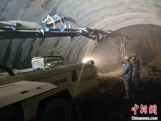 图为建设者在王岗山隧道内施工。 梁福海 摄