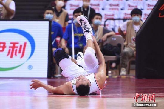 图为易建联在无接触的情况下受伤倒地。图片来源:视觉中国