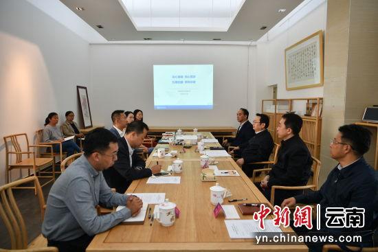 图为中共云南省委常委、省委统战部部长张国华和中国新闻社云南分社座谈。