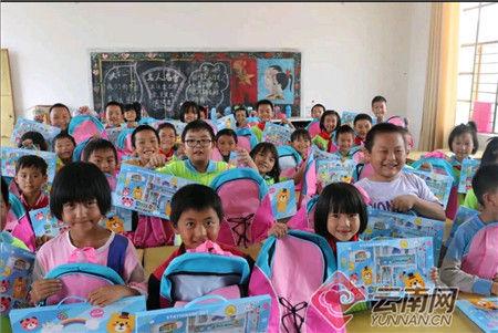 小朋友在收到捐赠物品 楚雄州公安局警察培训学校供图
