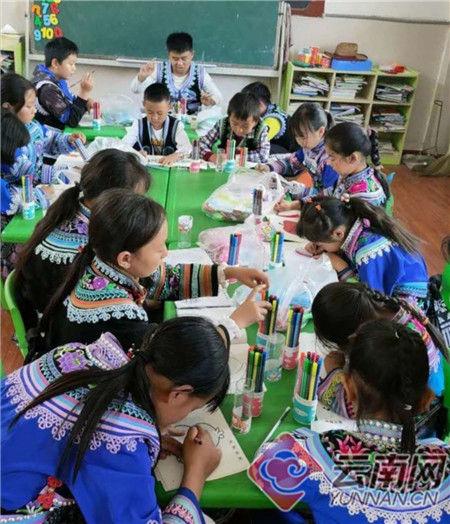 少数民族孩子在上绘画课 楚雄州公安局警察培训学校供图