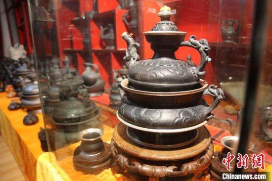 图为青海省玉树藏族自治州囊谦县的藏族黑陶。 张添福 摄