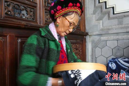 图为云南省大理州白族老人展示手工绝活。 张添福 摄