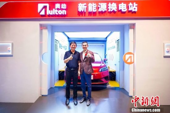 奥动新能源董事长蔡东青(右)、联席董事长张建平(左)