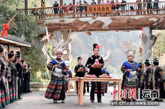 """图为龙塘村""""拦门酒""""仪式"""