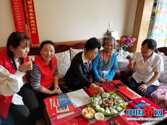 蒋素华(右二)制作印尼美食招待陈桂仙(右三)等社区慰问工作人员。 社区供图 摄