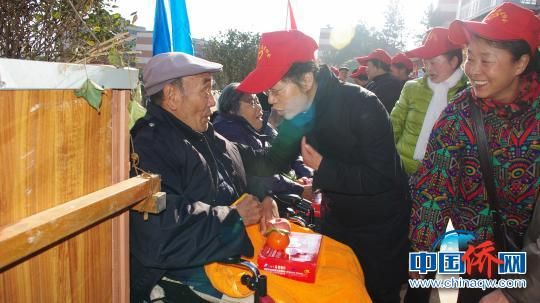 陈桂仙看望慰问昆钢养生敬老中心老人。 社区供图 摄