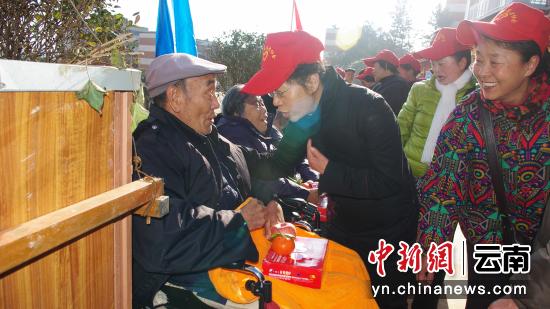 图为陈桂仙(图中)看望慰问昆钢养生敬老中心老人