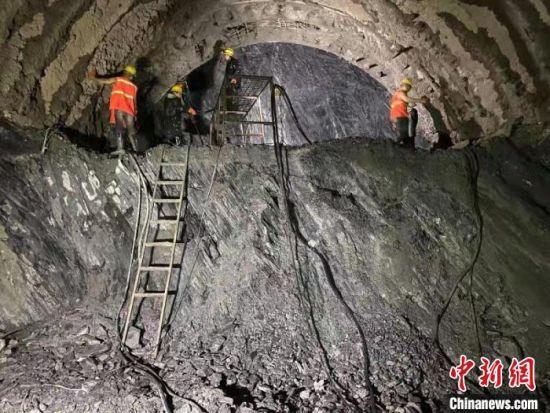 图为建设者在巴罗二号隧道内施工。 孙钧 摄