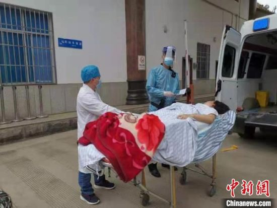 图为移送重伤旅客。 瑞丽边检站供图 摄
