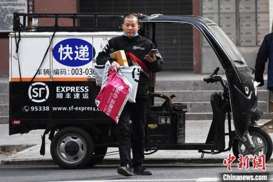 3月25日,快递员在北京一小区内派件。中新社记者 张兴龙 摄