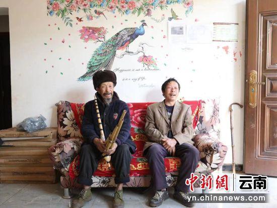 说到芦笙舞技艺,马富云年近80的老父亲迫不及待地拿出芦笙要展示 高兴宇摄