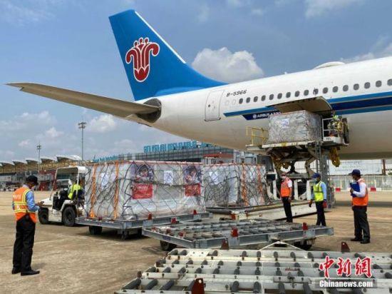 当地时间4月17日,柬埔寨政府第二批商业采购的中国科兴疫苗运抵金边机场。 中新社发 钟欣 摄