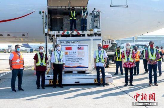 2月27日,北京科兴中维生物技术有限公司生产的首批新冠疫苗半成品运抵马来西亚吉隆坡国际机场,正式交付马来西亚发马公司。