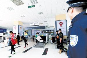 民警客运站严把安检关。