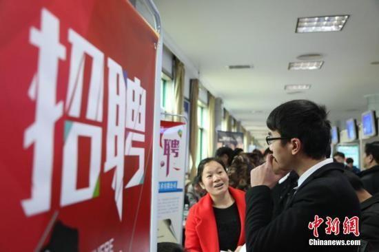 资料图:2月24日,春节后江西省举办的首场招聘大会。 姜涛 摄