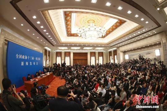 3月2日,全国政协十三届一次会议新闻发布会在北京人民大会堂举行,大会新闻发言人王国庆向中外媒体介绍本次大会有关情况并回答记者提问。中新社记者 泱波 摄 泱波 摄