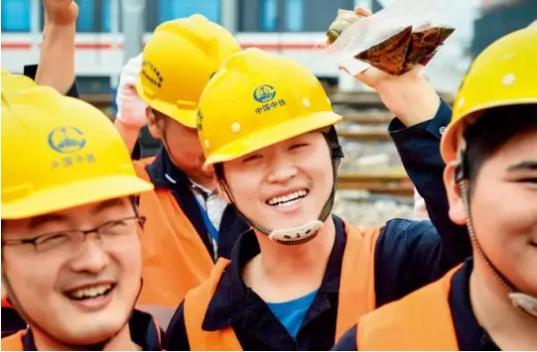 ▲ 合肥市轨道交通1号线滨湖车辆段工地的工人们收到志愿者送来的蜜粽 杜宇摄/本刊